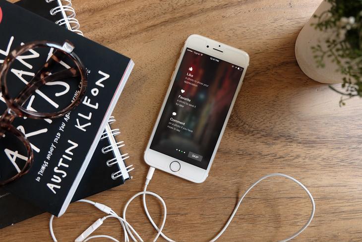 Photorealistic iPhone 6 Mockup - Free PSD File